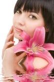 Giovane donna con il fiore Immagine Stock