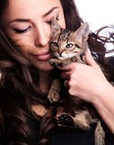 Giovane donna con il gattino Fotografia Stock Libera da Diritti