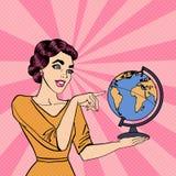 Giovane donna con il globo Pop art royalty illustrazione gratis