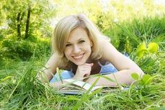 Giovane donna con il libro Fotografia Stock Libera da Diritti
