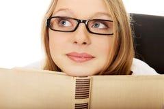Giovane donna con il libro Fotografia Stock
