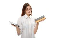 Giovane donna con il libro e la compressa Immagini Stock Libere da Diritti