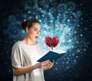 Giovane donna con il libro magico Fotografia Stock
