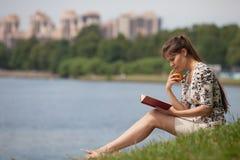 Giovane donna con il libro nella sosta. Fotografia Stock Libera da Diritti