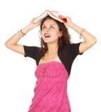 Giovane donna con il libro sulla testa Fotografie Stock Libere da Diritti