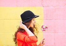Giovane donna con il lollipop variopinto fotografie stock libere da diritti
