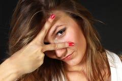 Giovane donna con il manicure rosso Immagine Stock
