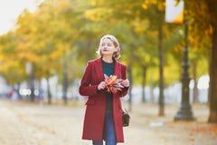 Giovane donna con il mazzo di foglie di autunno variopinte immagini stock libere da diritti