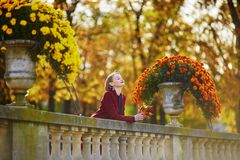 Giovane donna con il mazzo di foglie di autunno variopinte fotografia stock