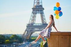 Giovane donna con il mazzo di palloni vicino alla torre Eiffel Fotografia Stock Libera da Diritti