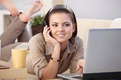 Giovane donna con il mobile ed il computer portatile nel paese Fotografia Stock