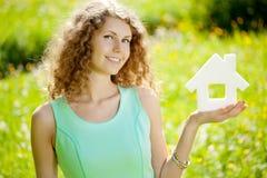Giovane donna con il modello e la chiave del tubo flessibile Immagini Stock