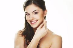Giovane donna con il petalo cosmetico Fotografia Stock