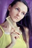 Giovane donna con il pettine immagine stock
