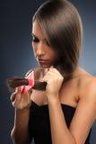 Giovane donna con il pettine Fotografia Stock Libera da Diritti