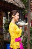Giovane donna con il piatto d'argento sulla palma fotografia stock libera da diritti
