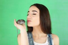Giovane donna con il ratto divertente immagine stock libera da diritti
