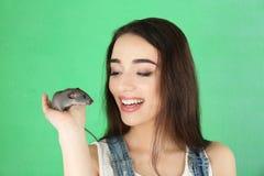 Giovane donna con il ratto divertente fotografia stock libera da diritti