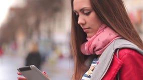 Giovane donna con il ridurre in pani digitale archivi video