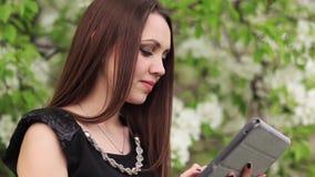 Giovane donna con il ridurre in pani digitale video d archivio