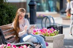 Giovane donna con il ridurre in pani digitale Fotografie Stock Libere da Diritti
