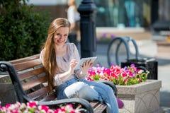 Giovane donna con il ridurre in pani digitale Fotografie Stock