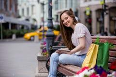 Giovane donna con il ridurre in pani digitale Fotografia Stock Libera da Diritti