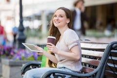 Giovane donna con il ridurre in pani digitale Immagine Stock Libera da Diritti