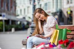 Giovane donna con il ridurre in pani digitale Fotografia Stock