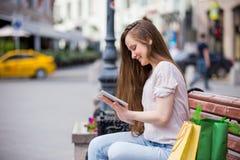 Giovane donna con il ridurre in pani digitale Immagini Stock Libere da Diritti