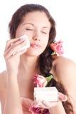 Giovane donna con il ritratto dell'offerta della polvere Immagini Stock Libere da Diritti