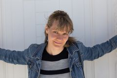 Giovane donna con il rivestimento del denim Fotografia Stock
