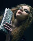 Giovane donna con il sacchetto Fotografia Stock Libera da Diritti