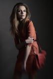 Giovane donna con il sacchetto Fotografie Stock