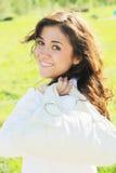 Giovane donna con il sacchetto bianco alla spalla Immagine Stock