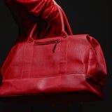 Giovane donna con il sacchetto rosso Fotografie Stock Libere da Diritti