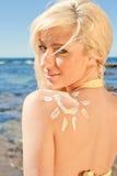 Giovane donna con il sole della protezione solare Fotografia Stock