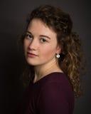 Giovane donna con il sorriso delicato Fotografie Stock Libere da Diritti