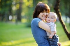 Giovane donna con il suo bambino Fotografia Stock Libera da Diritti