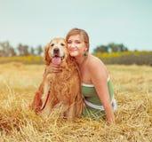Giovane donna con il suo cane Immagini Stock Libere da Diritti