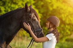 Giovane donna con il suo cavallo ad alba fotografie stock libere da diritti