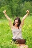 Giovane donna con il suo computer portatile Fotografia Stock Libera da Diritti