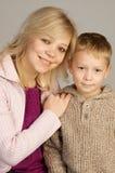 Giovane donna con il suo figlio fotografia stock