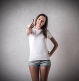 Giovane donna con il suo pollice su Fotografie Stock