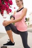 Giovane donna con il suo vantaggio che allunga la sua gamba Fotografia Stock Libera da Diritti