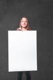 Giovane donna con il tabellone per le affissioni fotografia stock libera da diritti
