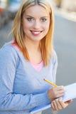 Giovane donna con il taccuino e la matita Fotografie Stock Libere da Diritti