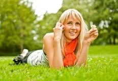 Giovane donna con il telefono mobile Immagini Stock