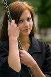 Giovane donna con il verticale Chain immagini stock libere da diritti