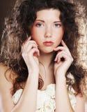 Giovane donna con il vestito bianco fotografia stock